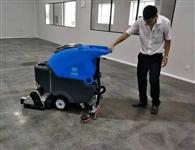 室内水泥地面使用洗扫一体机一次性完成扫地洗地吸干